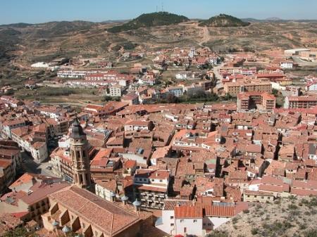 En primer plano el casco viejo donde se desarrolla la Fiesta de la Villa de Alcorisa